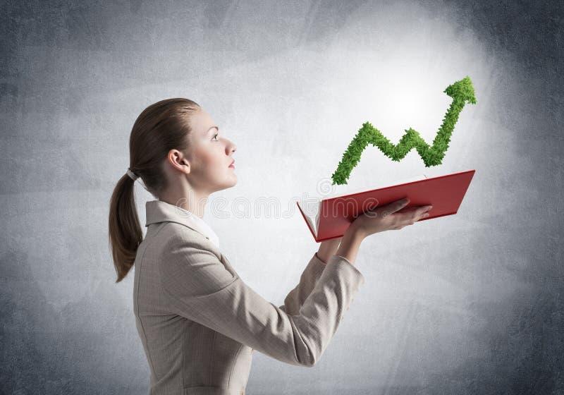 La plante verte d'apparence de femme d'affaires a form? le graphique photographie stock libre de droits