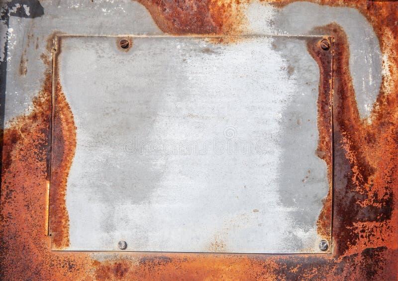 La plaquette centrée sur le vieux métal ferait un grand signe ou fond photos libres de droits