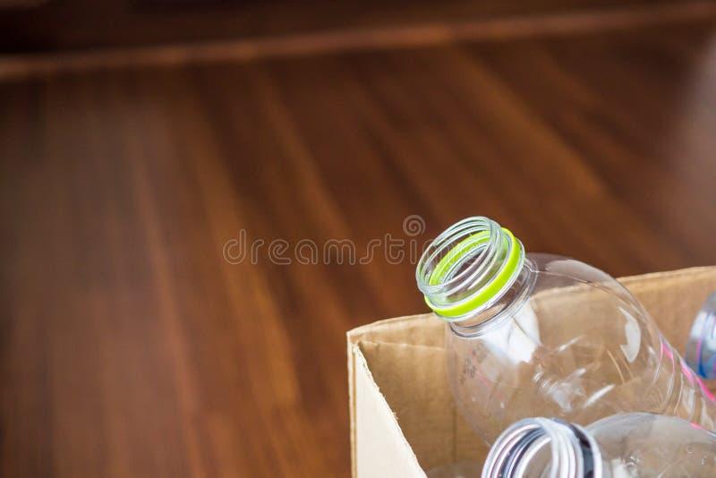 La plastica imbottiglia il riciclaggio del contenitore di carta immagine stock libera da diritti
