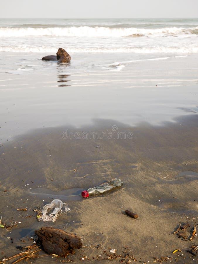 La plastica monouso ha scaricato su una spiaggia caraibica vicino all'orientamento verticale di inquinamento di Cartagine Colombi immagini stock