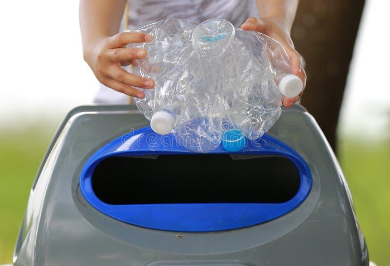 La plastica riciclata imbottiglia il industryPeople sta raccogliendo le bottiglie di plastica per riciclare fotografia stock