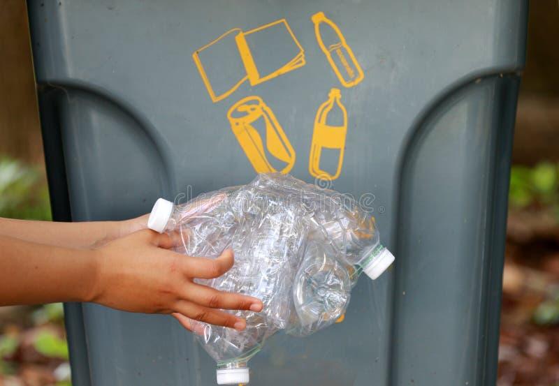 La plastica riciclata imbottiglia il industryPeople sta raccogliendo le bottiglie di plastica per riciclare fotografie stock