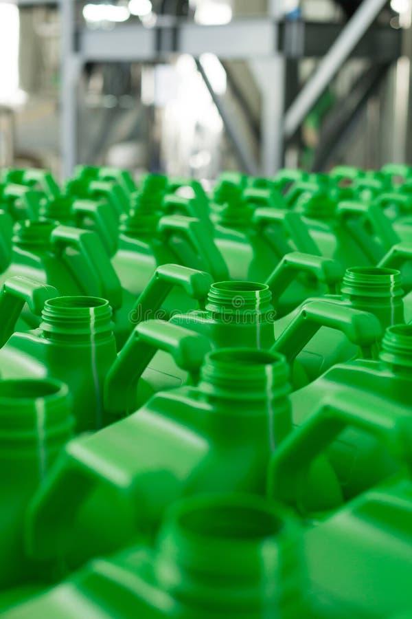 La plastica vuota inscatola il colore verde fotografia stock