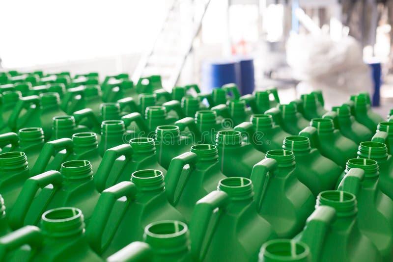La plastica vuota inscatola il colore verde fotografie stock