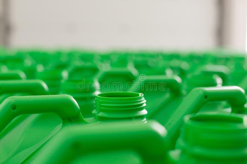 La plastica vuota inscatola il colore verde immagini stock