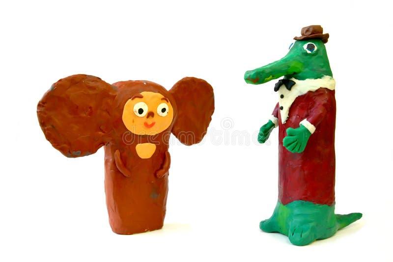La plastilina figura el Cheburashka y el cocodrilo de los Gena en un fondo blanco Creatividad del ` s de los niños fotos de archivo libres de regalías