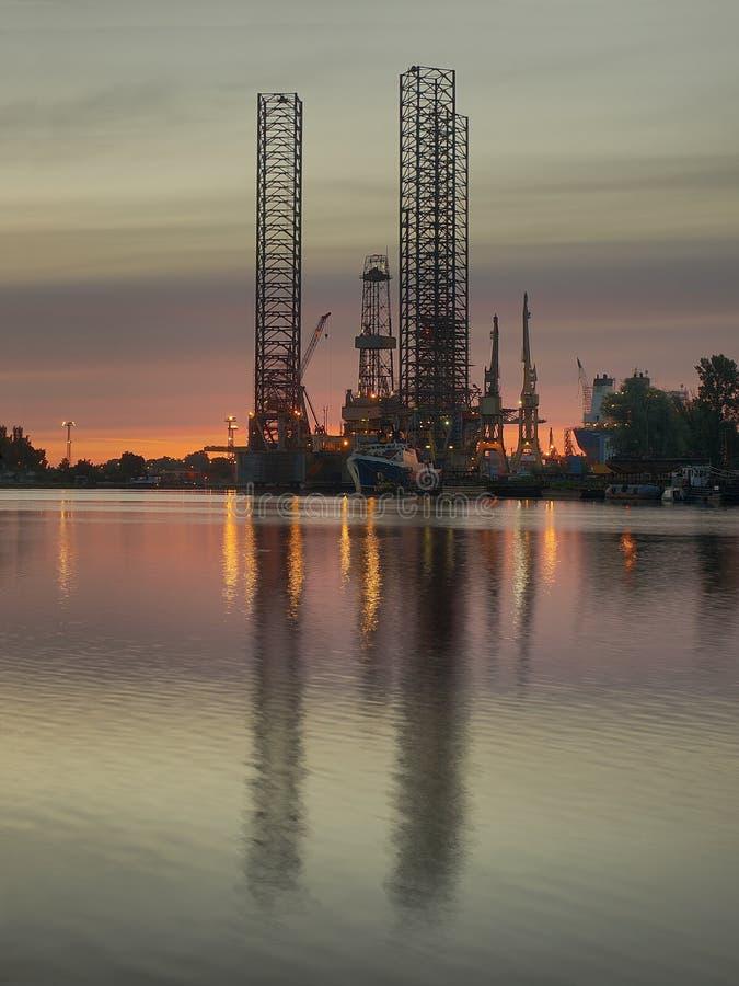 La plataforma petrolera en el amanecer fotos de archivo