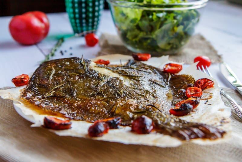 La platija cocida en el pan Pita, la lechuga y la cereza sale de vista lateral imagen de archivo libre de regalías