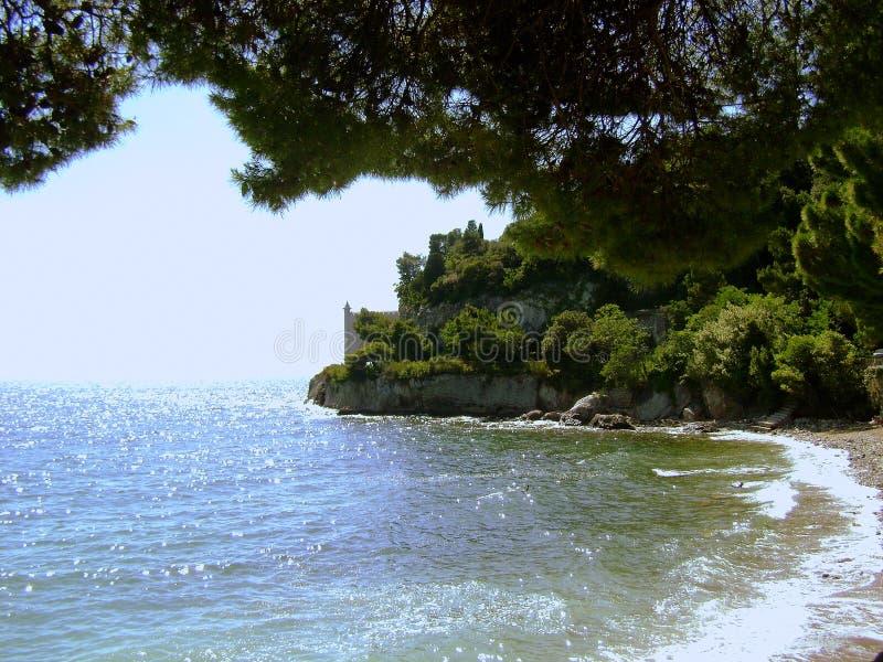 La playa cerca del castillo de Miramare imágenes de archivo libres de regalías