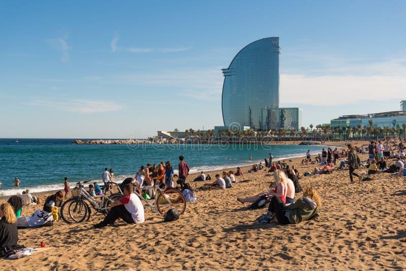 La playa de la ciudad de Barcelona, turistas disfruta de la opinión del mar imagenes de archivo