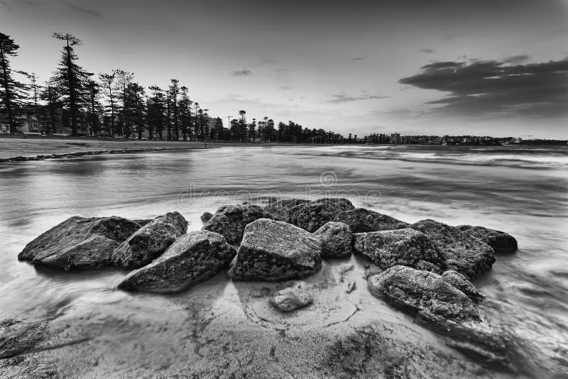La playa de hombres del mar oscila la alga imagen de archivo