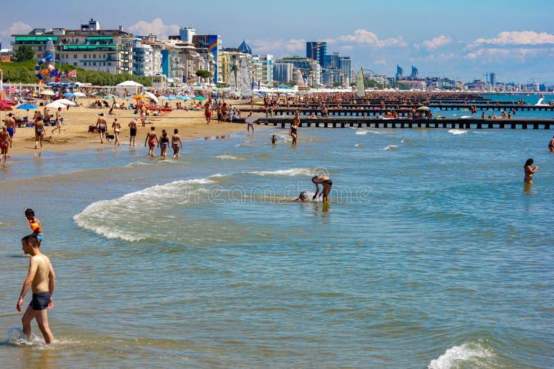 La playa de Jesolo, llena de veraneantes atentos en tomar el sol la ciudad en el verano es llena de extranjeros a quienes vaya a  fotografía de archivo