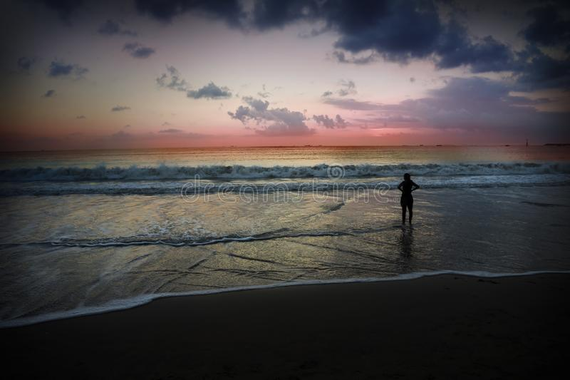 La playa de Jimbaran es famosa por las opiniones de la puesta del sol y los cafés de los mariscos fotografía de archivo