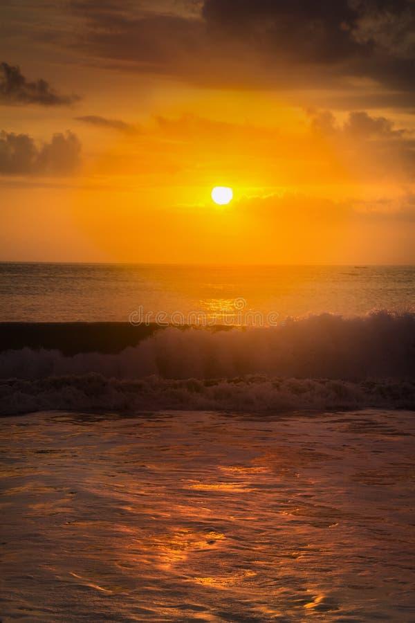 La playa de Jimbaran es famosa por las opiniones de la puesta del sol y los cafés de los mariscos imagen de archivo libre de regalías