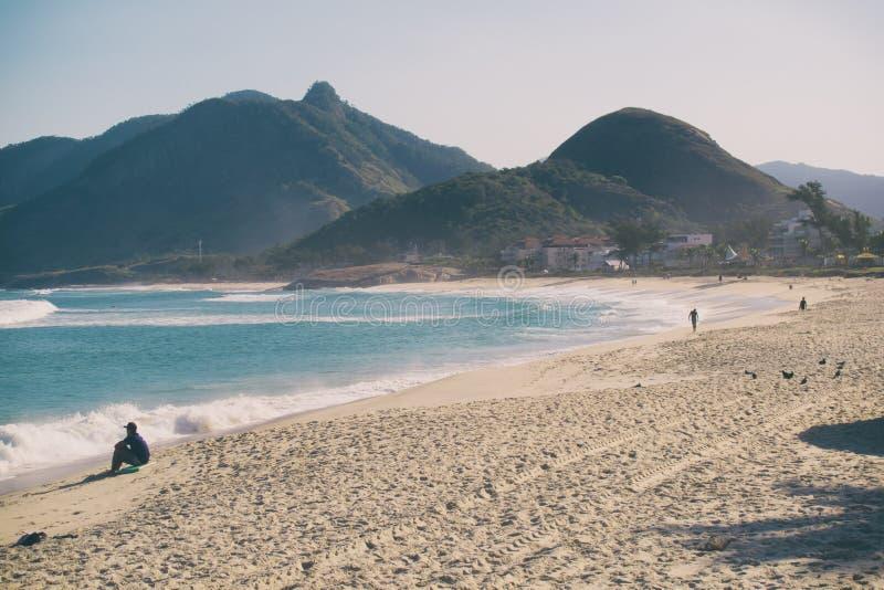 La playa de Macumba en Rio de Janeiro foto de archivo
