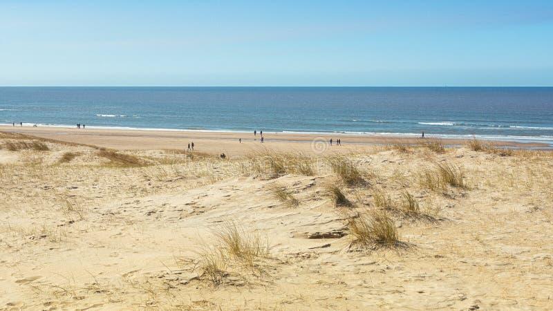 La playa de Mar del Norte entre Ijmuiden y Bloemendaal en el Neth imagen de archivo
