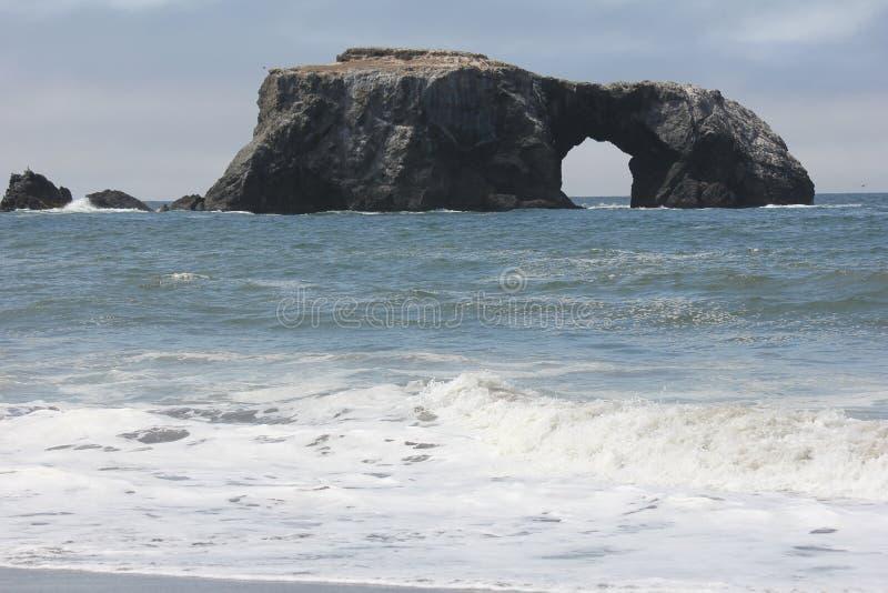 La playa de la roca de la cabra está situada entre el punto de la roca de la cabra y el río ruso a lo largo de la orilla del cond imagen de archivo libre de regalías