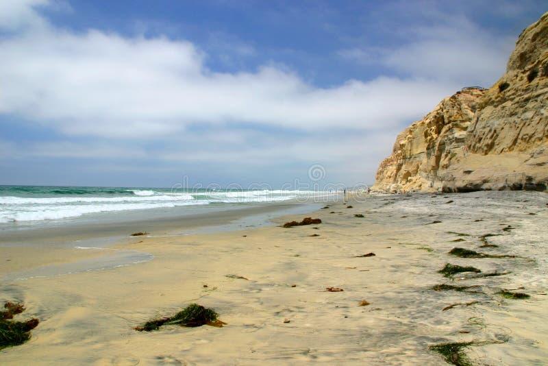 La playa de Sandy con los acantilados acerca a San Diego, California imagen de archivo