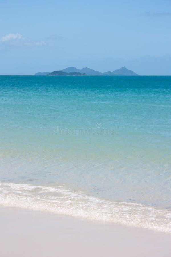 La playa de Whitehaven y alguna isla en la distancia en los Pentecostés en Australia fotos de archivo libres de regalías