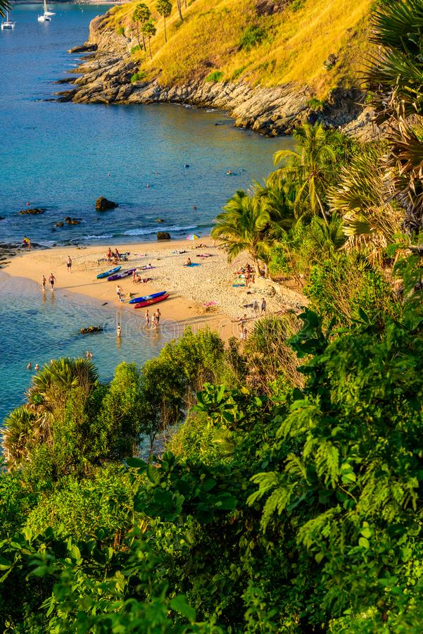 La playa de Yanui es una ensenada del paraíso situada entre Nai Harn Beach y el cabo de Promthep en Phuket, Tailandia En un día d fotos de archivo