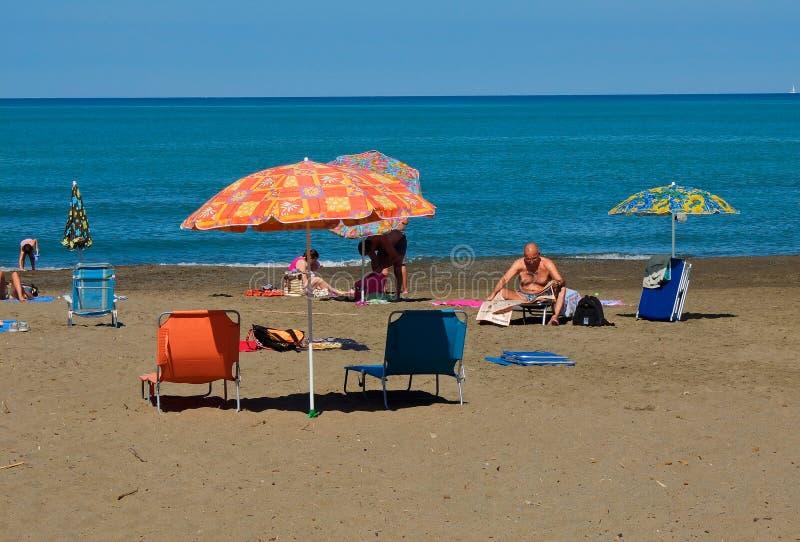 La playa del della Pescaia de Castiglione en el área del blogheri adentro foto de archivo