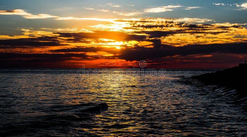 La playa del Mar Negro cerca de la ciudad de Anapa, región de Krasnodar de Rusia en la puesta del sol fotos de archivo libres de regalías