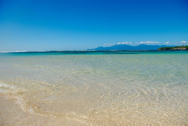 La playa del paraíso por completo del sol foto de archivo libre de regalías
