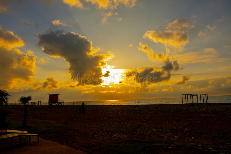 La playa en Batumi durante la puesta del sol foto de archivo libre de regalías