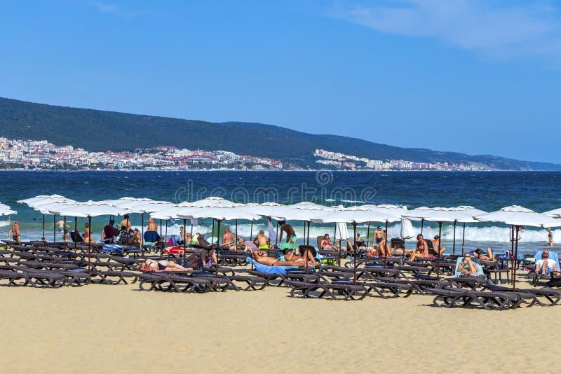 La playa en el centro turístico del Mar Negro en Bulgaria Bulgaria Playa soleada 25 08 2018 foto de archivo