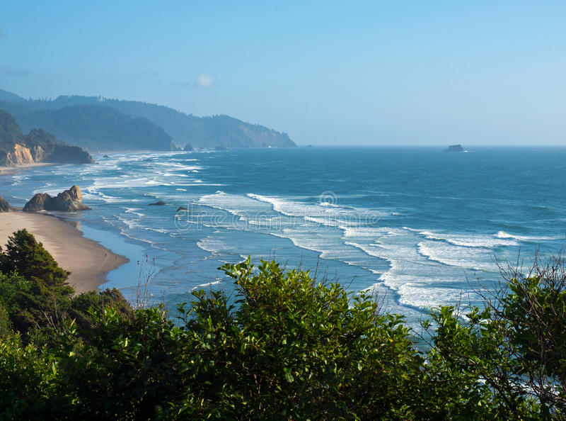 La playa en la costa de Oregon pasa por alto fotografía de archivo