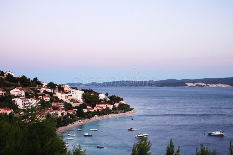 La playa en Omis, Croacia fotos de archivo