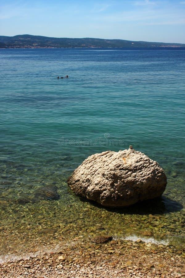 La playa en Omis, Croacia fotos de archivo libres de regalías