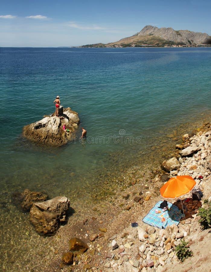 La playa en Omis, Croacia imagen de archivo