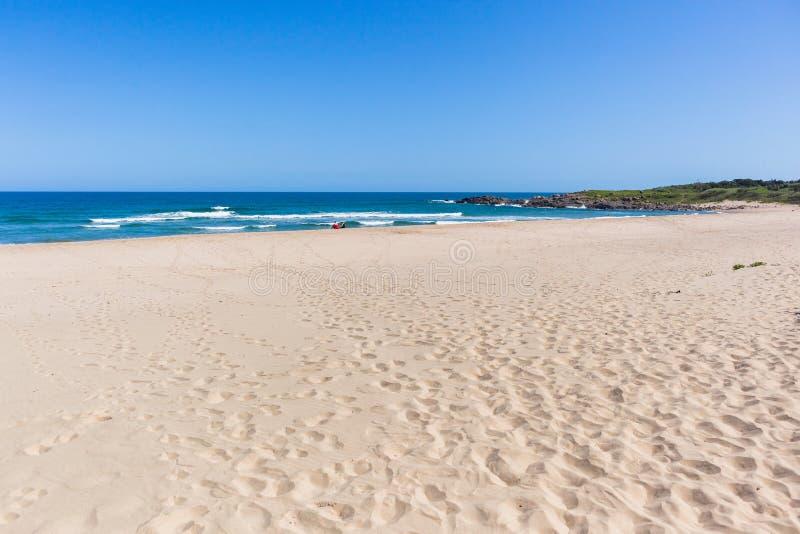 La playa enarena el océano azul Rocky Headland Landscape fotografía de archivo libre de regalías