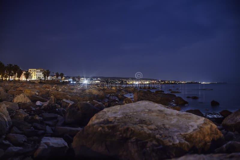 La playa encantada en la noche foto de archivo