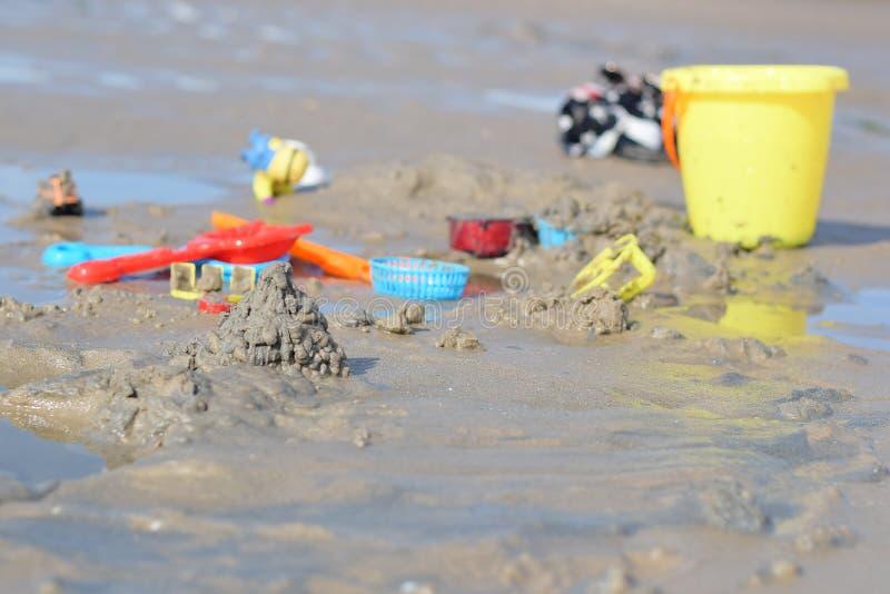La playa es llena de juguetes del ` s de los niños imágenes de archivo libres de regalías