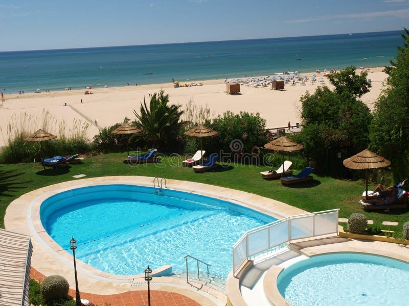 La playa idílica de Praia de Rocha en la región de Algarve. fotografía de archivo libre de regalías