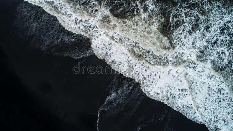 La playa negra de la arena en Islandia Opinión aérea del mar y visión superior A foto de archivo libre de regalías