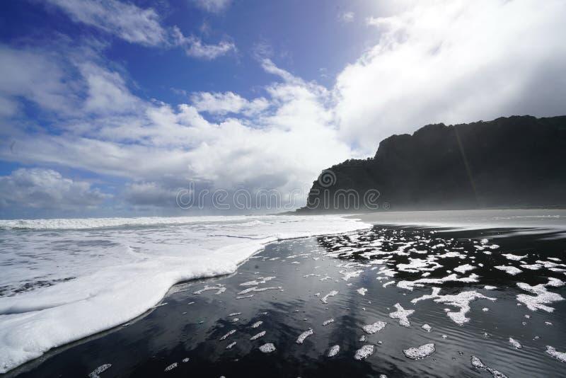 La playa negra en el mar de Tasman del ` famoso de la película el ` del piano foto de archivo