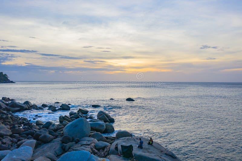 La playa ocultada de la roca del paraíso está en Laem Chai en el medio de playa de Karon y de playa de KATA imagen de archivo libre de regalías