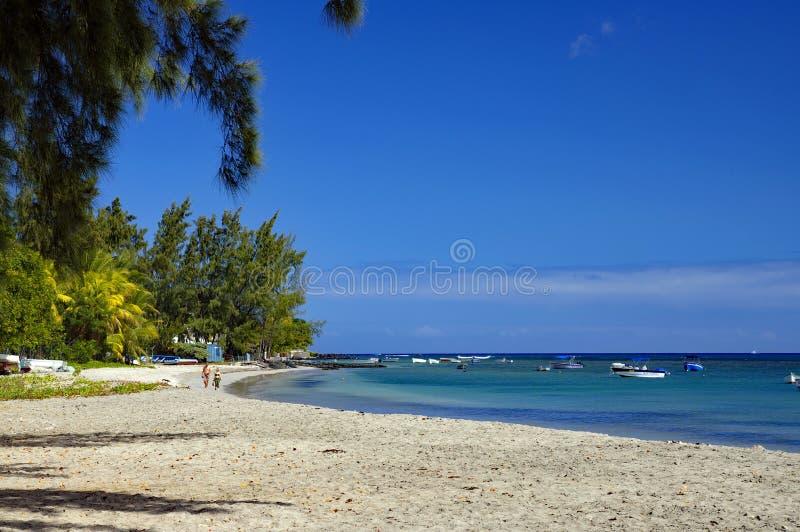 La playa pública de Tamarin, distrito del Río Negro, Isla Mauricio imagen de archivo