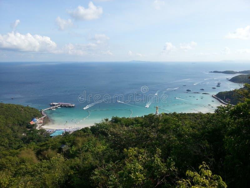 La playa popular en Koh Larn foto de archivo