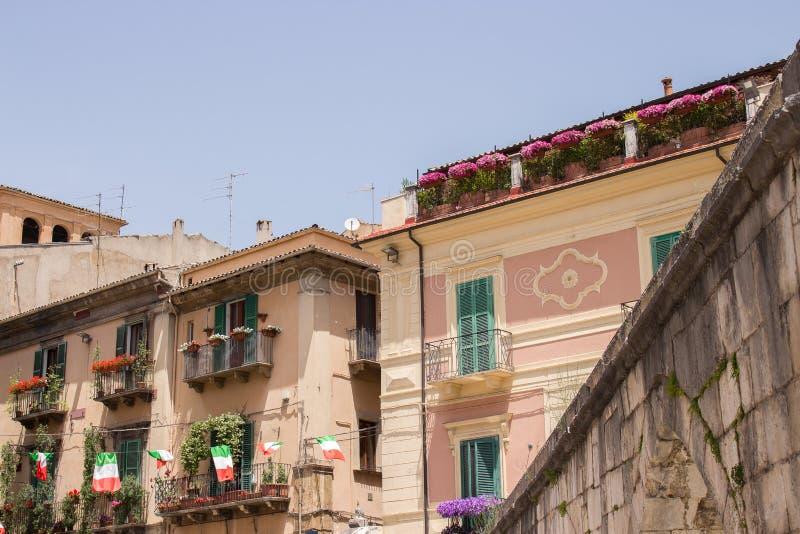 La plaza Giuseppe Garibaldi es el cuadrado más grande de la ciudad de Sulmona, Abruzos fotos de archivo libres de regalías