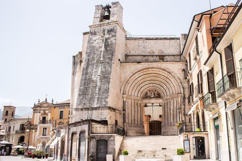 La plaza Giuseppe Garibaldi es el cuadrado más grande de la ciudad de Sulmona, Abruzos imagen de archivo