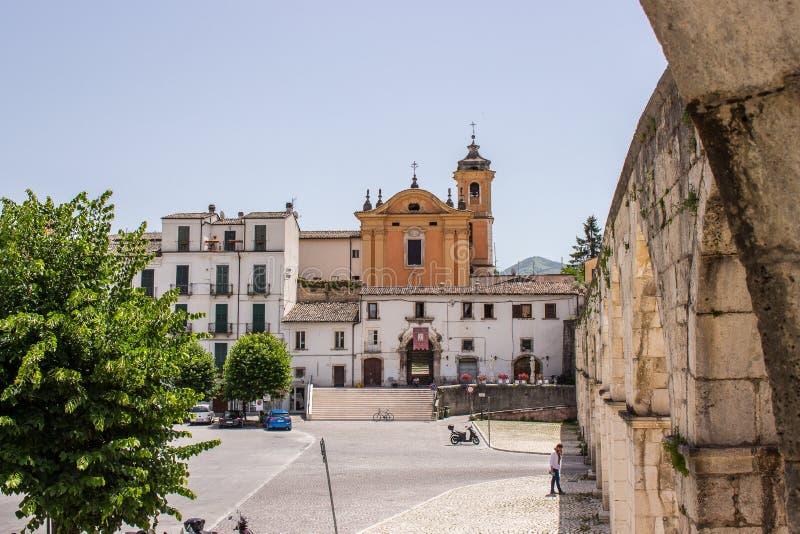 La plaza Giuseppe Garibaldi es el cuadrado más grande de la ciudad de Sulmona, Abruzos fotografía de archivo libre de regalías