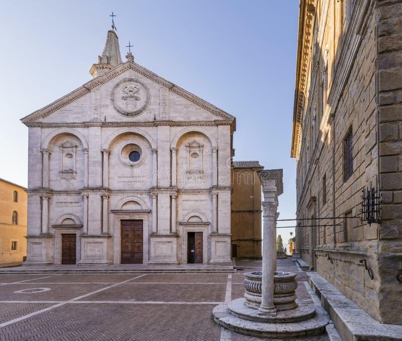 La plaza hermosa Pio II, el Duomo y el pozo del perro, Pienza, Siena, Toscana, Italia, sin la gente imagenes de archivo