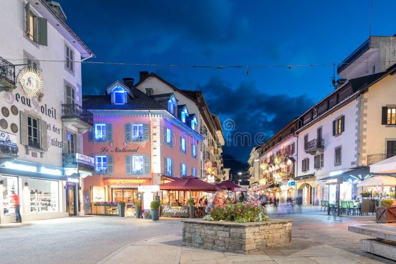 La plaza principal de Chamonix, Auvergne-RhÃ'ne-Alpes en Francia fotografía de archivo libre de regalías