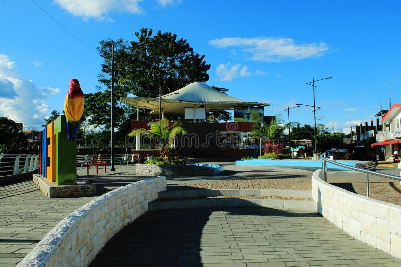 La plaza principale in Tena, Ecuador un giorno soleggiato luminoso immagini stock libere da diritti