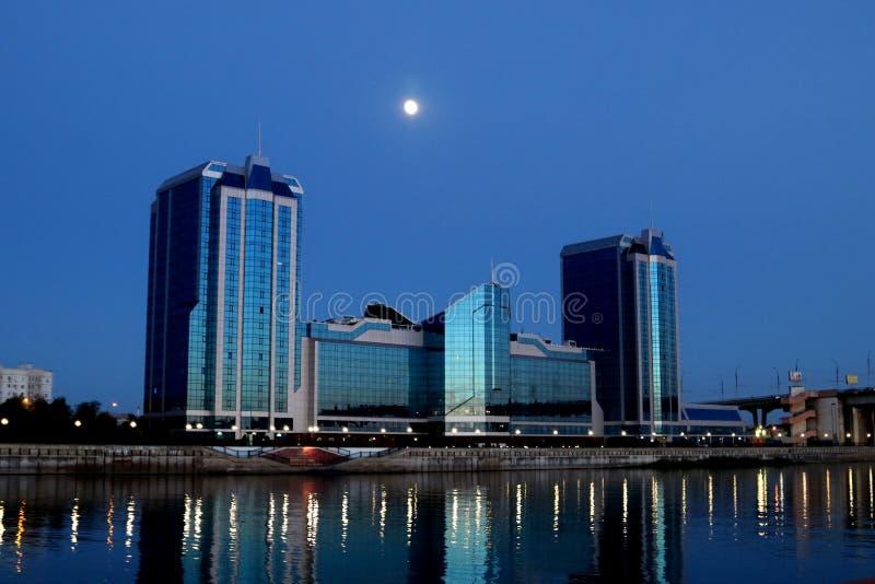 La pleine lune au-dessus de l'hôtel grand images libres de droits