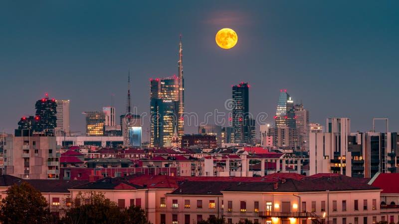 La pleine lune de Milan au district des affaires image stock